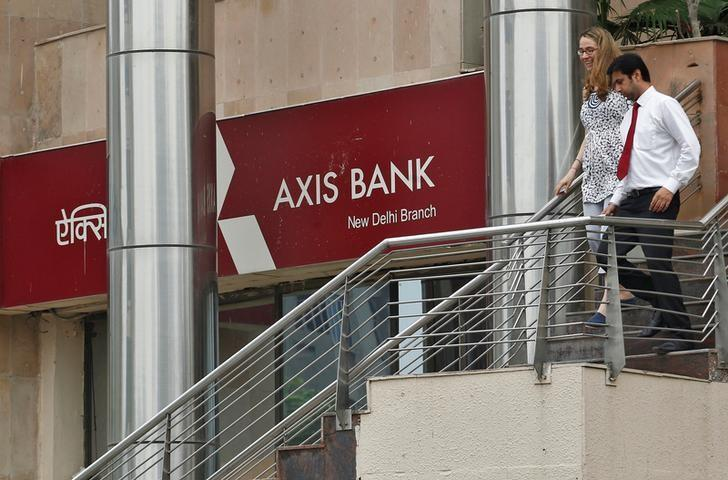 People use a staircase next to a corporate branch office of Axis Bank in New Delhi July 18, 2013.  REUTERS/Anindito Mukherjee/File Photo