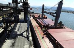 Un barco cargado con azúcar en el puerto brasileño de Santos, feb 22, 2013. China evalúa aplicar aranceles específicos de importación para el azúcar, como parte de una investigación sobre dumping, según dos fuentes familiarizadas con el asunto, lo que representaría un triunfo para los productores locales que luchan contra las compras de azúcar barata desde Brasil y otros productores importantes.   REUTERS/Paulo Whitaker