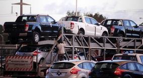 Un camión cargado con vehículos nuevos de Ford a las afueras de la planta de la compañía en la localidad bonaerense de Pacheco, mayo 22, 2014. La producción industrial de Argentina se habría contraído un 2,4 por ciento en marzo, con lo que acumularía 14 meses consecutivos en terreno negativo, según el promedio de las estimaciones de analistas encuestados por Reuters.    REUTERS/Marcos Brindicci