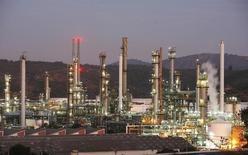 Imagen de archivo de la refinería de petróleos de la estatal ENAP en Concón, Chile, mayo 24, 2010. La Empresa Nacional de Petróleo de Chile (ENAP) aguarda cerrar a la brevedad un contrato para exportar gas a Argentina durante el invierno, dijo el miércoles el gerente general de la compañía Marcelo Tokman.             REUTERS/Eliseo Fernandez