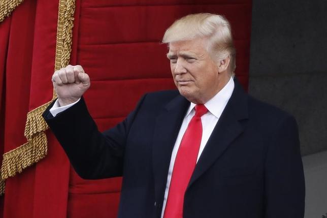 4月27日、ゴールドマン・サックス・アセット・マネジメント(GSAM)が発表した世界の保険会社への調査で、今年は政治リスクが最大の不安要因と考えられていることが分かった。写真は米国大統領就任式でのトランプ氏。ワシントンで1月撮影(2017年 ロイター/Lucy Nicholson)