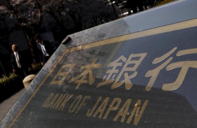 4月27日、日本銀行は、最新の「経済・物価情勢の展望(展望リポート)」を発表し、17年度成長率見通しを前回1月に比べて上方修正した一方で、物価見通しは引き下げた。写真は都内で昨年3月撮影(2017年 ロイター/Yuya Shino)