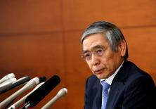El Banco de Japón mantuvo su política monetaria estable el jueves y ofreció una visión más optimista de la economía que el mes pasado, una señal de que confía en que la recuperación de la demanda extranjera ayudará a sostener una recuperación local impulsada por las exportaciones. En la imagen, el gobernador del BOJ, Haruhiko Kuroda, en Tokio el 27 de abril de 2017. REUTERS/Kim Kyung-Hoon