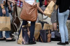 En la imagen, compradores dejan sus bolsas en el suelo en Hanover, Alemania, el 19 de junio de 2012. El ánimo entre los consumidores alemanes rebotó más que lo previsto en camino a mayo para alcanzar un máximo de tres meses, según un sondeo publicado el jueves, citando la confianza en que la mayor economía de Europa se encamina en una buena dirección y una desaceleración de la inflación. REUTERS/Fabian Bimmer/Files