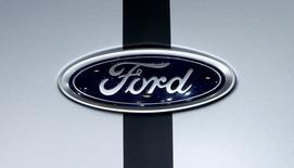 IMAGEN DE ARCHIVO: El logo de Ford en Ginebra, Suiza. 8 de marzo 2017. Ford Motor Co reportó el jueves una caída en su ganancia trimestral que superó las expectativas de analistas, en medio de mayores costos por materias primas, llamados a revisión y una caída en las ventas de vehículos, pero la compañía reiteró su previsión de utilidades antes de impuestos para 2017. REUTERS/Arnd Wiegmann/File Photo