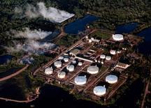 IMAGEN DE ARCHIVO: Una vista aérea del oleoducto Caño Limón, en Colombia. 23 de julio 2001. El bombeo de petróleo por el oleoducto colombiano Caño Limón-Coveñas fue interrumpido el jueves por un ataque del Ejército de Liberación Nacional, el segundo grupo guerrillero del país, que provocó derrame de crudo, contaminación ambiental y obligó al cierre de un acueducto, informó el jueves el Gobierno. © STR New / Reuters