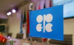 """Una banderín de la Organización de Países Exportadores de Petróleo en su sede, antes de una rueda de prensa, en Viena, dic 10, 2016. La producción de esquisto en Estados Unidos está creciendo mucho más rápido de lo esperado y ganando cuota de mercado a nivel global, lo que aumenta el riesgo de una """"guerra de volúmenes"""" con la OPEP y una caída de los precios del crudo, dijo el fundador de la consultora Rystad Energy.  REUTERS/Heinz-Peter Bader"""