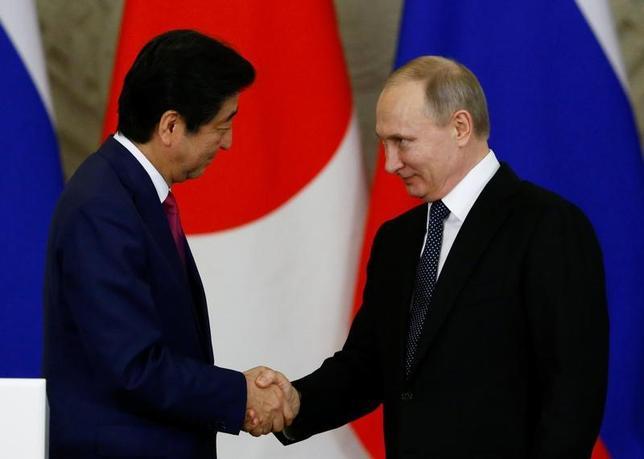 4月27日、安倍晋三首相は、ロシアのプーチン大統領(写真右)と会談した。モスクワで同日撮影(2017年 ロイター/Sergei Karpukhin)