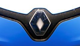 IMAGEN DE ARCHIVO: El logo de Renault en Gibebra, Suiza. 8 de marzo 2017. Las ventas de Renault escalaron un 25 por ciento en los primeros tres meses de este año, dijo el jueves la fabricante francesa de vehículos, ya que nuevos modelos impulsaron las entregas y los precios, mientras que la producción se incrementó para socios industriales como Nissan.REUTERS/Arnd Wiegmann/File Photo