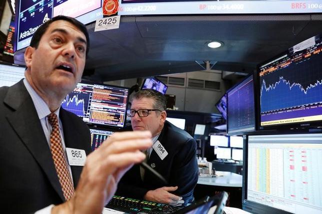 4月27日、米国株式市場は、ケーブルテレビ大手コムキャストなどの好決算に支えられ、ナスダック総合指数が終値としての過去最高を更新した。写真はNY証券取引所のトレーダー(2017年 ロイター/Brendan McDermid)