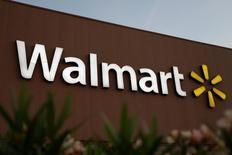 Foto de archivo del logo de Walmart en una de sus tiendas en Monterrey, México, mar 6, 2017.  La gigante minorista Wal-Mart de México (Walmex) reportó el jueves un alza del 6.1 por ciento interanual en sus ganancias del primer trimestre, apoyadas en mayores ventas pese a un entorno difícil.  REUTERS/Daniel Becerril