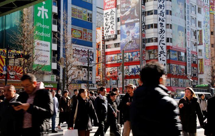 资料图片:2017年1月,日本东京中心秋叶原购物街区。REUTERS/Toru Hanai