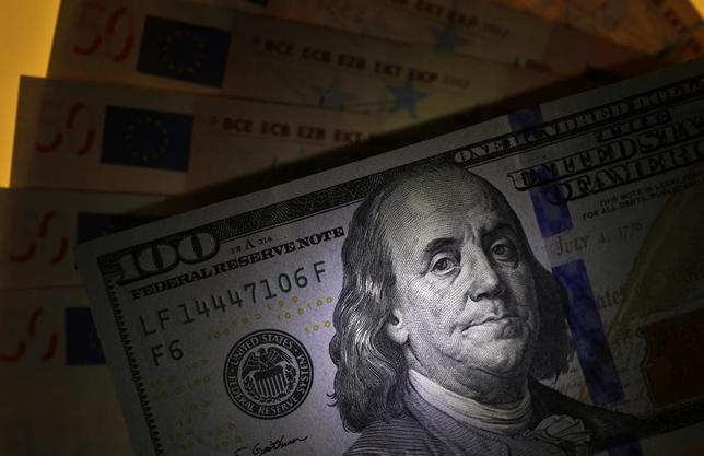 4月28日、来週の外為市場でドル/円は、上値が重い展開となりそうだ。フランス大統領選での波乱や、朝鮮半島の緊迫化が引き続き警戒される。写真は米ドルとユーロ。2015年3月ブルガリア・ソフィアで撮影(2017年 ロイター/Stoyan Nenov)