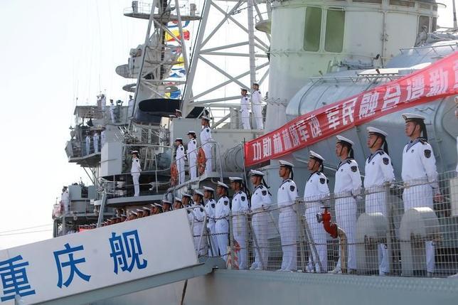 4月27日、中国国防省は、23日に海軍創設68周年を記念してソーシャルメディアの国防省アカウントに掲載された艦船や戦闘機の写真画像に批判が数百件寄せられたのを受け、質の悪い画像だったと認め謝罪した。写真は23日撮影の提供写真。天津での記念式典のようす(2017年 ロイター)