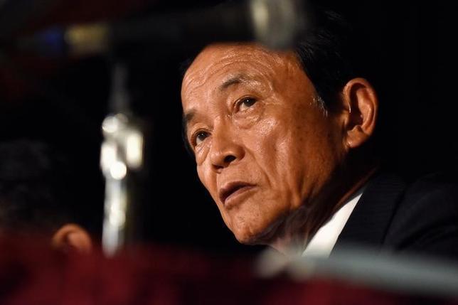 4月28日、麻生太郎副総理兼財務・金融担当相が、5月下旬に日本郵政の長門正貢社長と会談したいとの意向を持っている(訂正)ことが明らかになった。関係筋が28日、ロイターに明らかにした。写真は昨年10月ワシントンで行われた世銀・IMF年次総会でインタビューに応じる麻生財務相。(2017年 ロイター/JAMES LAWLER DUGGAN)