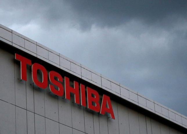4月28日、日本取引所グループ(JPX)の清田瞭・最高経営責任者(CEO)は、定例会見で、東芝を「特設注意市場銘柄」から外すかどうかの審査について、6月末までに有価証券報告書を提出できるか、確認するまでは結論を出すのは難しいとの認識を示した。写真は川崎で2月撮影(2017年 ロイター/Issei Kato)