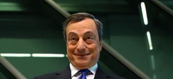 En la imagen de archivo, el presidente del BCE, Mario Draghi, llega a una rueda de prensa en la sede del BCE en Fráncfort, Alemania, 27 de abril de 2017.  La inflación de la zona euro subió más de lo esperado y alcanzó el objetivo del Banco Central Europeo y la inflación subyacente se incrementó a su nivel más alto en más de tres años, según las primeras estimaciones de la agencia de estadísticas de la UE. REUTERS/Kai Pfaffenbach