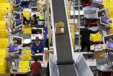 Trabajadores de Amazon preparan cajas para consumidores en Tracy, California. 29 de noviembre 2015.Los costos laborales en Estados Unidos anotaron su mayor avance desde 2007 durante el primer trimestre, lo que sugiere un repunte en el crecimiento de los sueldos en la medida que el mercado laboral se acerca al pleno empleo. REUTERS/Fred Greaves - RTX1WF1X