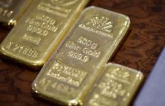 Imagen de archivo de unas barras de oro en la bóveda del Banco Nacional de Kazajistán en Almaty, sep 30, 2016.  El oro subió el viernes debido a que un dato de inflación en la zona euro mayor que el esperado impulsó a la moneda del bloque frente al dólar, mientras que las bolsas globales retrocedieron desde los máximos récords del miércoles por preocupaciones en torno al comercio mundial.  REUTERS/Mariya Gordeyeva