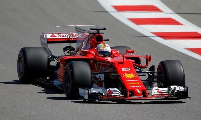 4月29日、自動車レースF1の今季第4戦、ロシアGP公式予選、フェラーリのセバスチャン・フェテルが通算47回目のポールポジションを獲得した(2017年 ロイター/Maxim Shemetov)