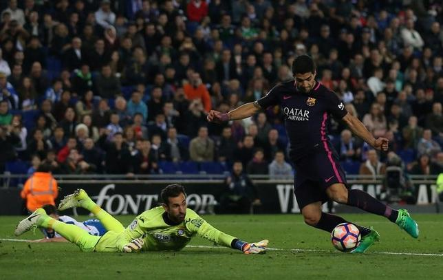 4月29日、サッカーのスペイン1部、バルセロナはエスパニョールとのダービーマッチを3─0で制し、首位の座を守った。ルイス・スアレス(右)が2得点(2017年 ロイター/Albert Gea)