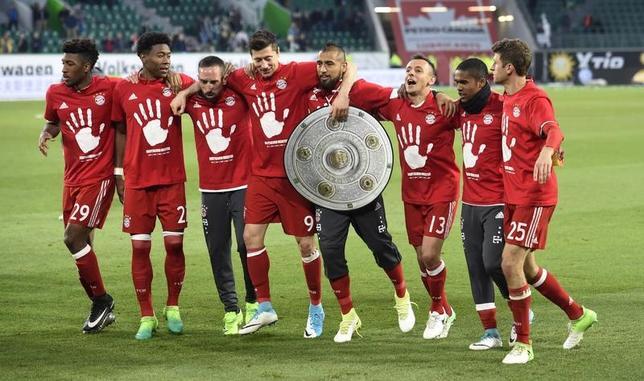4月29日、サッカーのドイツ1部、ブンデスリーガ、バイエルン・ミュンヘンはウォルフスブルクに6─0で圧勝。リーグ記録の5連覇が決定した。写真は優勝を喜ぶバイエルンの選手たち(2017年 ロイター)