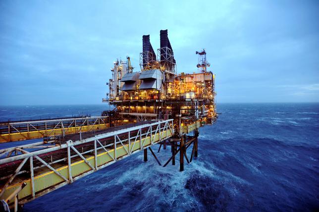 4月27日、アジア地域の北海産原油需要が記録的高水準に達した。これまで利用してきた中東産原油の供給が、石油輸出国機構(OPEC)の減産によって細ったためだ。写真は英スコットランド・アバディーン東沖の北海油田プラットフォームETAPの一部、BP社運営の採掘場。2014年代表撮影(2017年 ロイター)