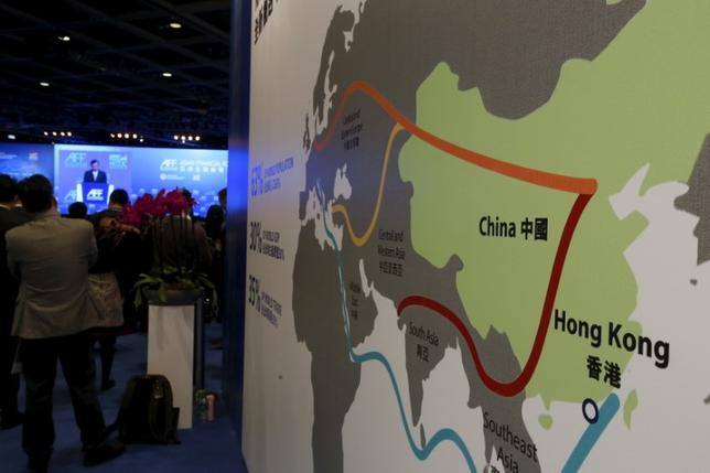 5月1日、5月中旬に北京で開催される「一帯一路国際協力フォーラム」に、自民党幹事長や経団連会長が参加する。写真は「一帯一路」を示す地図。香港で昨年1月撮影(2017年 ロイター/Bobby Yip)