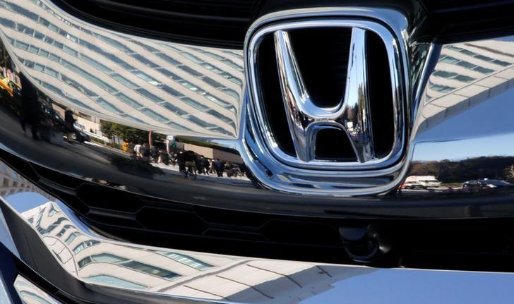 People are reflected on a Honda Motor car outside the company's headquarters in Tokyo, Japan February 2, 2017.    REUTERS/Toru Hanai/Files