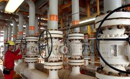 IMAGEN DE ARCHIVO: Un iraní trabaja en una plataforma de producción de crudo en el Golfo Pérsico, Sur de Teherán, Irán. 25 de julio 2005. El ministro de Petróleo de Irán declaró el sábado que miembros de la OPEP y exportadores fuera del grupo habían entregado señales positivas para una extensión del pacto de reducción del bombeo, que Teherán también respaldaría. REUTERS/Raheb Homavandi/File Photo