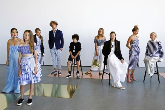 Models pose during a presentation of the J. Crew Spring/Summer 2017 collection during New York Fashion Week in the Manhattan borough of New York, U.S., September 11, 2016.  REUTERS/Lucas Jackson