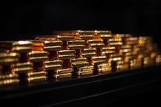 Unas barras de oro en la bóveda de la compañía ProAurum en Múnich, Alemania, mar 6, 2014. Los precios del oro caían el lunes en una jornada con bajos volúmenes de operaciones, en medio del avance del dólar, ante una menor posibilidad de que se produzca una paralización del Gobierno estadounidense y un alza de acciones que redujo la demanda por activos de refugio como el lingote.      REUTERS/Michael Dalder