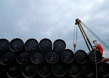 En la imagen, un proyecto petrolífero en Pengerang, Johor, en una fotografía de archivo de 2015.El petróleo operaba el lunes por debajo de 52 dólares el barril, ante un aumento de la actividad de perforación en Estados Unidos que contrarrestaba una iniciativa impulsada por la OPEP para reducir los suministros mundiales de crudo y apuntalar los precios en el mercado internacional.     REUTERS/Edgar Su/File Photo