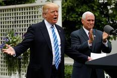 El presidente de Estados Unidos, Donald Trump, junto a su vicepresidente Mike Pence, habla a miembros de la Asociación de Banqueros Comunitarios en la Casa Blanca en Washington. 1 de mayo de 2017. El presidente de Estados Unidos, Donald Trump, dijo que está considerando activamente una división de los grandes bancos, reportó Bloomberg Television el lunes. REUTERS/Jonathan Ernst