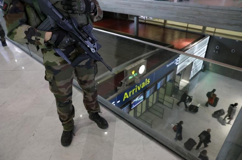 FILE PHOTO: A French soldier patrols inside the Charles de Gaulle International Airport in Roissy, near Paris, France, March 23, 2016 as France has decided to deploy 1,600 additional police officers to bolster security at its borders and on public transport following the bomb attacks in Brussels.   REUTERS/Philippe Wojazer