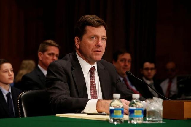 5月1日、米上院は、ジェイ・クレイトン氏(写真)の米証券取引委員会(SEC)委員長就任の承認に向けた手続き上の採決を行った。ワシントンで3月撮影(2017年 ロイター/Jonathan Ernst)