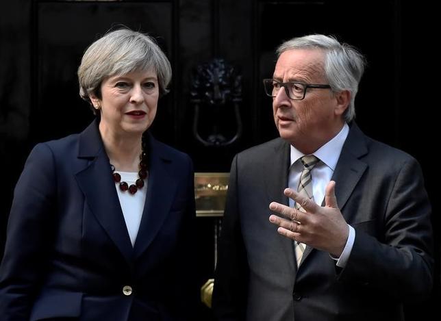 5月1日、メイ英首相(写真左)は、前週行われたユンケル欧州委員長(右)との会談で英国の欧州連合(EU)離脱交渉を巡り意見が対立したとの報道について「(EU本部がある)ブリュッセル流のゴシップだ」と一蹴し、協議は建設的だったと強調した。ロンドンで4月撮影(2017年 ロイター/Hannah McKay)