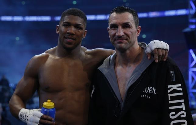 5月1日、国際ボクシング連盟(IBF)、世界ボクシング協会(WBA)と国際ボクシング機構(IBO)のヘビー級王者、アンソニー・ジョシュア(左)は、元3団体統一王者ウラジーミル・クリチコ(右)との再戦に意欲を示した。ロンドンで4月撮影(2017年 ロイター)