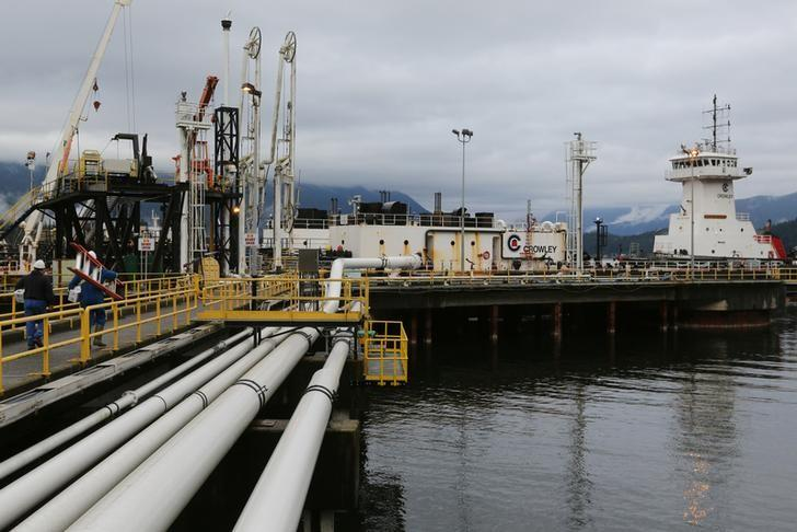 Jet fuel bound for Vancouver airport is offloaded from a barge at Kinder Morgan's Westridge Terminal on Burrard Inlet in Burnaby, British Columbia, Canada November 17, 2016.   REUTERS/Chris Helgren/Files
