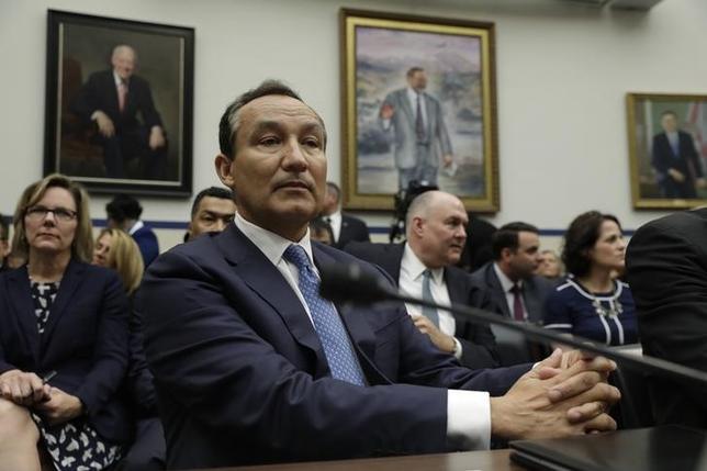 United Airlines CEO Oscar Munoz prepares to testify at a House Transportation and Infrastructure Committee hearing on ''Oversight of U.S. Airline Customer Service,'' in the aftermath of the forced removal on April 9 of a passenger from a UAL Chicago flight, on Capitol Hill in Washington, U.S., May 2, 2017. REUTERS/Kevin Lamarque