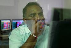"""Un operador frente a su terminal de operaciones bursátiles en una correduría en Mumbai, ago 24, 2015. Los mercados emergentes anotaron su quinto mes seguido de ingresos de fondos netos de carteras """"no-residentes"""" en abril, su mejor desempeño desde la primera mitad de 2015, según mostraron datos del Instituto de Finanzas Internacionales (IIF) publicados el martes.  REUTERS/Danish Siddiqui"""
