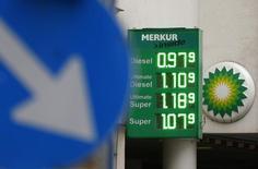 Una gasolinera de BP en Viena, feb 1, 2016. Una ampliación de los recortes de producción petrolera liderados por la OPEP a la segunda mitad de 2017 ayudaría a que los inventarios globales vuelvan a su promedio de cinco años a fines de año y respaldaría los precios en cerca de 55 dólares por barril, dijo el presidente financiero de BP el martes.  REUTERS/Heinz-Peter Bader