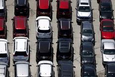 IMAGEN DE ARCHIVO:Autos en el estacionamiento en Palm Springs, California. 13 de abril 2015. General Motors Co, Ford Motor Co y Toyota Motor Corp reportaron el martes menores ventas de vehículos en Estados Unidos durante abril, en una nueva señal de que el ciclo de auge en la industria estaría perdiendo impulso. REUTERS/Lucy Nicholson/File Photo