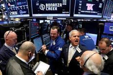 Operadores en el parqué de la Bolsa de Nueva York. 1 de mayo de 2017. Las acciones cerraron con leves alzas el martes en Wall Street gracias a que los avances en los sectores tecnológico e industrial contrarrestaron la debilidad de los papeles de automotrices y energéticas, mientras los inversores digerían una jornada cargada de reportes de resultados. REUTERS/Brendan McDermid