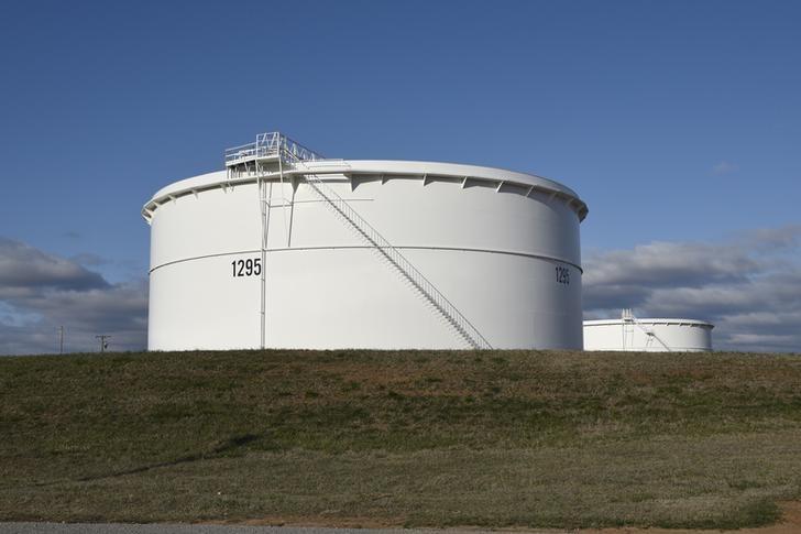 资料图片:2016年3月,美国俄克拉荷马州库欣,安桥公司的原油储罐。REUTERS/Nick Oxford