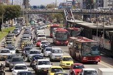 Autos y autobuses públicos en un atasco de tráfico de una calle principal en Bogotá, Colombia. 20 de octubre 2015. Las ventas de vehículos nuevos en Colombia disminuyeron un 4 por ciento en abril en comparación con el mismo mes del año pasado, a 17.098 unidades, revelaron el martes cifras del sector, en medio de una desaceleración de la economía local. REUTERS/Jose Miguel Gomez - RTS5O6Y