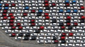 Nuevos vehículos de Ford se pueden ver en el estacionamiento de la empresa en Sao Bernardo do Campo, Brasil. 12 de febrero 2015. La producción industrial de Brasil disminuyó un 1,8 por ciento en marzo en relación a febrero, informó el miércoles el Instituto Brasileño de Geografía y Estadística (IBGE). REUTERS/Paulo Whitaker (BRAZIL - Tags: TRANSPORT BUSINESS POLITICS) - RTR4RXDG