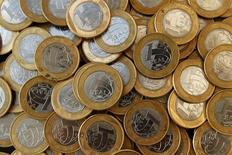 Monedas brasileñas en una imagen ilustrativa tomada en Río de Janeiro, Brasil. 15 de octubre 2010. La moneda de Brasil se tornará más volátil en los próximos meses, ya que los inversores temen que los legisladores puedan bloquear medidas clave de austeridad antes de las elecciones generales del próximo año, dijeron estrategas cambiarios en un sondeo de Reuters.  REUTERS/Bruno Domingos