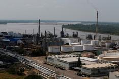 Vista de la refinería de petróleo de Ecopetrol en Barrancabermeja, Colombia, el 1 de marzo de 2017. La petrolera Ecopetrol anunció el miércoles un hallazgo de gas en aguas profundas del Caribe de Colombia en un pozo exploratorio donde comparte participación con la estadounidense Anadarko, lo que abre la posibilidad para desarrollar un conjunto de proyectos gasíferos.  REUTERS/Jaime Saldarriaga - RTS11BDC