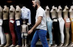 Un hombre camina cerca de los maniquíes alineados en la entrada de una tienda, en el centro de Sao Paulo, Brasil. 15 de marzo 2017.  El ritmo de crecimiento en el sector de servicios de la economía de Estados Unidos subió en abril, impulsado por un fuerte avance de los nuevos pedidos, mostró un reporte de la industria publicado el miércoles. REUTERS/Nacho Doce - RTX314G2